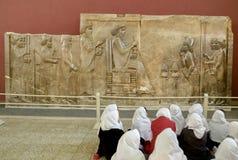 Studenter som deltar i historiegrupp på det nationella museet av Iran royaltyfri fotografi