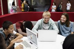 Studenter som e-lär med en bärbar dator royaltyfri foto