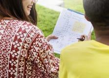 Studenter som gör läxa i parkera arkivbilder