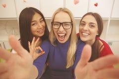 Studenter som gör selfies Royaltyfri Bild