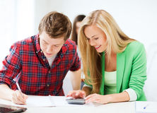 Studenter som gör matematik på skolan Arkivbilder