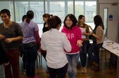 Studenter som har talande övning i klassrum Arkivfoto