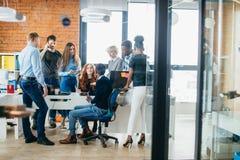 Studenter som kommer upp med nya idéer av att lansera en små och medelstora företag Arkivbild