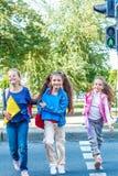 Studenter som korsar vägen Fotografering för Bildbyråer