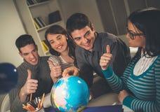 Studenter som lär royaltyfria foton
