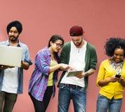Studenter som lär social massmediateknologi för utbildning arkivbilder
