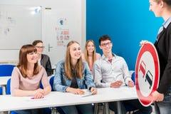 Studenter som listar till deras lärare, i körning av grupp Royaltyfria Foton