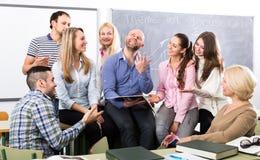Studenter som lyssnar till läraren under avbrott arkivbild
