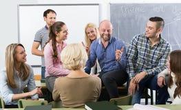 Studenter som pratar på utbildningsperioden för anställda under avbrott royaltyfria foton