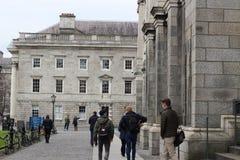 Studenter som samlar runt om trinityuniversitethögskolan i Dublin Ireland Royaltyfri Foto