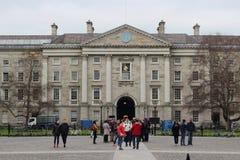 Studenter som samlar runt om trinityuniversitethögskolan i Dublin Ireland Arkivbilder