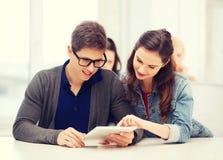 Studenter som ser minnestavlaPC i föreläsning på skolan Royaltyfri Bild