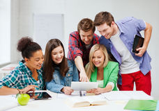 Studenter som ser minnestavlaPC på skolan Arkivfoton