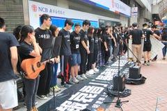 Studenter som sjunger händelsen för att memorera Kina Tiananmen fyrkantprotester av 1989 Royaltyfri Fotografi