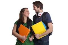 Studenter som studerar förälskelse kopplar ihop ståenden som ler isolerat folk Royaltyfria Bilder