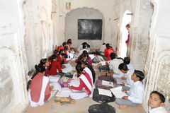 Studenter som studerar i ett klassrum på Khajuraho Royaltyfria Bilder