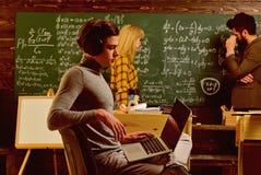 Studenter som studerar och testar kurs från lärare i klassrum på universitetet Härlig bakgrund Lyckat handleder arkivfoton