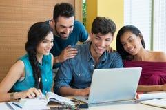 Studenter som studerar på bärbara datorn Arkivbilder
