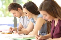 Studenter som studerar ta anmärkningar i ett klassrum Arkivfoton