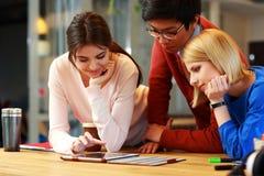 Studenter som tillsammans använder minnestavladatoren Arkivbilder