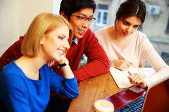 Studenter som tillsammans arbetar på bärbara datorn Royaltyfria Bilder