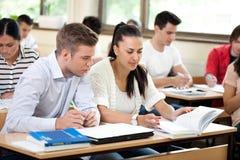 Studenter som tillsammans studerar Royaltyfri Foto