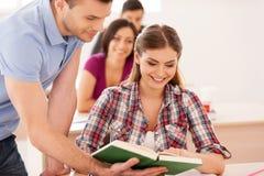 Studenter som tillsammans studerar. royaltyfri bild