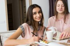 Studenter som tillsammans studerar, studenter som hemma studerar Royaltyfria Foton