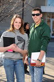 Studenter som utomhus rymmer böcker Royaltyfri Fotografi