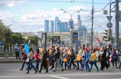 Studenter ståtar stad moscow för affärsmitt Arkivbilder