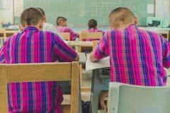 Studenter studerar i klassrum arkivbild