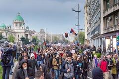 Studenter tog till gatorna till protesten mot serbisk regering royaltyfria foton
