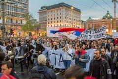 Studenter tog till gatorna till protesten mot serbisk regering royaltyfria bilder
