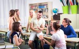 Studenter under ett avbrott mellan föreläsningar arkivbild