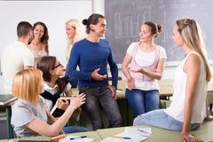 Studenter under ett avbrott mellan studier Royaltyfria Bilder