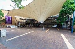 Studenter utanför den studentUnion byggnaden på universitetet av Melbourne Arkivbild