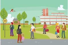 Studenter utanför på högskolauniversitetsområde Arkivbilder