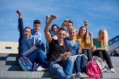 Studenter utanför sammanträde på moment Royaltyfri Foto