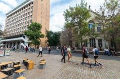Studenter utanför den studentUnion byggnaden på universitetet av Melbourne Arkivfoto