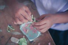 Studenterna gör pappers- blommor i klassrum Arkivbilder