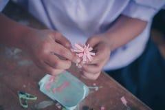 Studenterna gör pappers- blommor i klassrum Royaltyfria Bilder