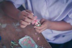 Studenterna gör pappers- blommor i klassrum Royaltyfri Foto