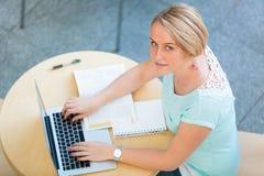 Studentessa abbastanza giovane con un computer portatile Fotografia Stock Libera da Diritti