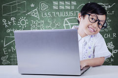 Studentessa adorabile con il computer portatile Fotografia Stock