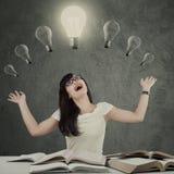 Studentessa allegra sotto la lampada Immagini Stock
