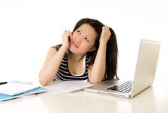 Studentessa asiatica annoiata sovraccaricata sul computer Immagini Stock Libere da Diritti