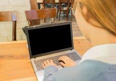Studentessa asiatica che lavora ad un computer portatile ad una caffetteria Immagini Stock
