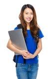 Studentessa asiatica con lo zaino ed il computer portatile Fotografia Stock