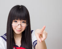 Studentessa asiatica della scuola di studio nello stile giapponese dell'uniforme duro Fotografie Stock