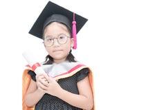 Studentessa asiatica sveglia in cappuccio di graduazione con il certificato Fotografia Stock Libera da Diritti